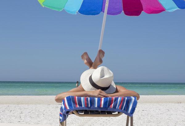 proteggersi dai raggi del sole e abbronzarsi naturalmente